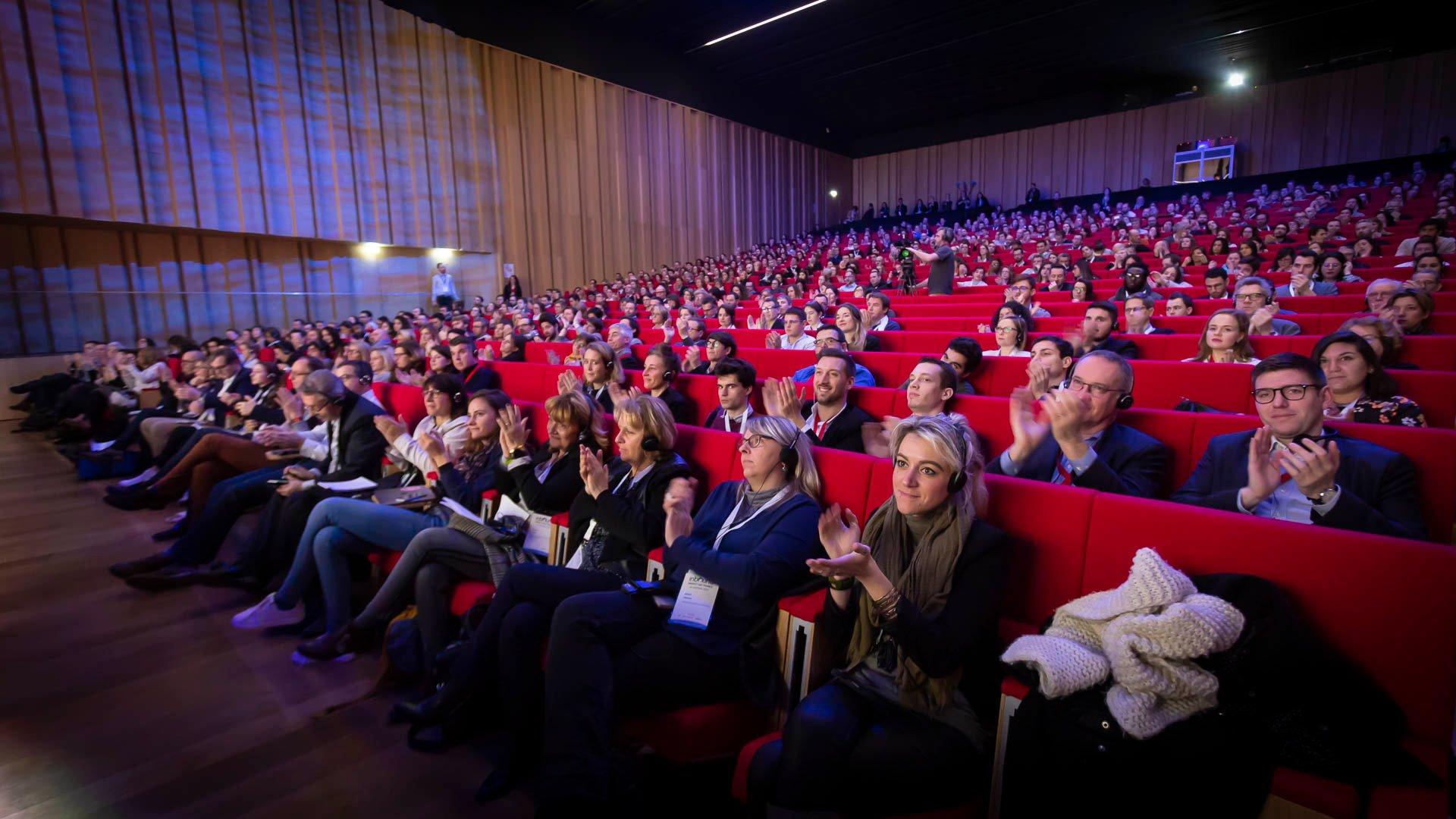 Amphitéâtre et spectateurs applaudissant lors d'IMF19