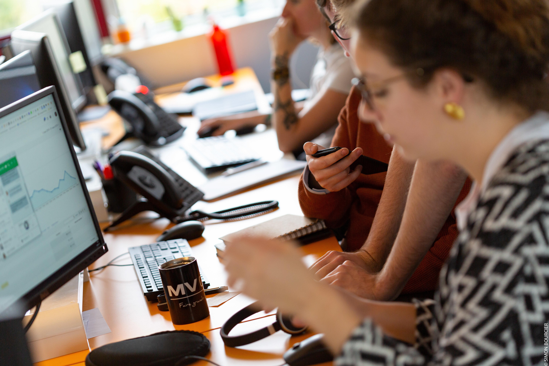 Collaborateurs Mediaveille avec téléphone et ordinateur